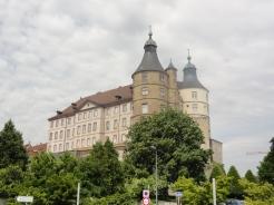 Historische Gebäude säumen den Weg