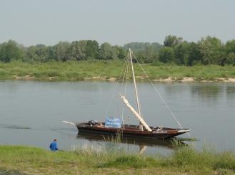 Immer wieder Boote und Schiffe entlang der Loire